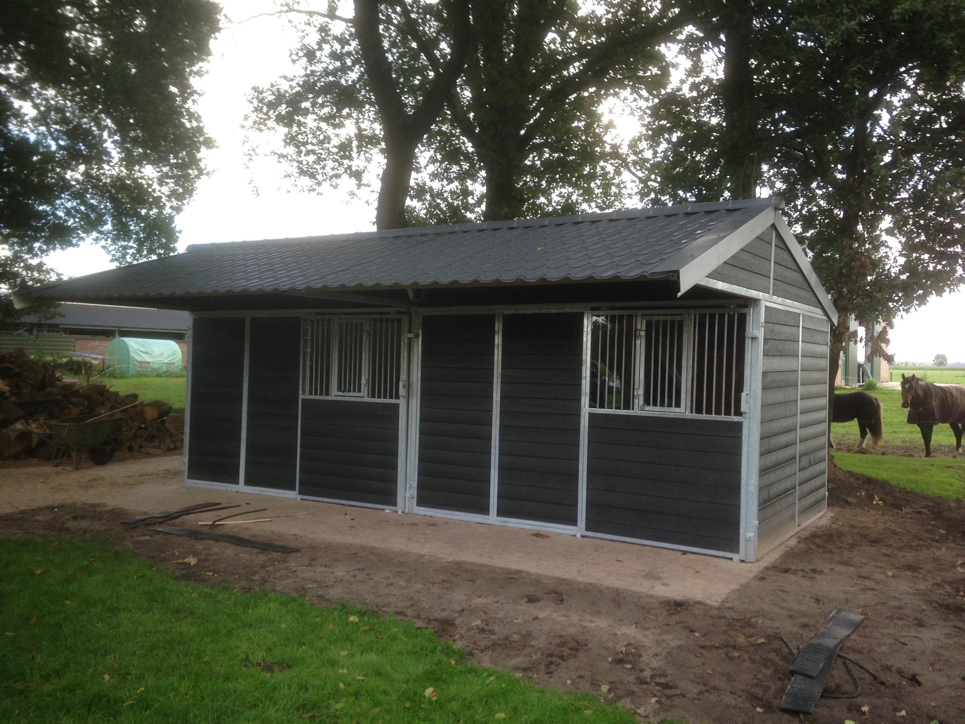 Stal constructiebedrijf dekker buitenstallen for Huis paardenstallen te koop
